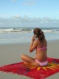 Muchacha de la playa con celular imagen de archivo