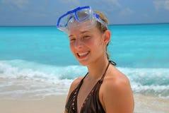 Muchacha de la playa con la máscara del tubo respirador   Imagen de archivo