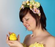 Muchacha de la primavera con el polluelo de pascua Imagenes de archivo