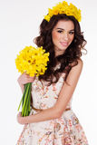 Muchacha de la primavera con el ramo de flores del narciso Fotos de archivo libres de regalías