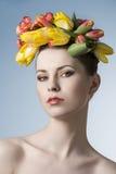 Muchacha de la primavera con la guirnalda Fotografía de archivo libre de regalías