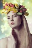 Muchacha de la primavera con la guirnalda Imagen de archivo libre de regalías