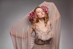 muchacha de la primavera de la belleza con las flores Imagen de archivo libre de regalías