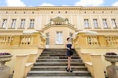 Muchacha de la princesa en azul ambiente rico fotografía de archivo libre de regalías