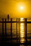 Muchacha de la puesta del sol de la isla en el embarcadero fotos de archivo libres de regalías