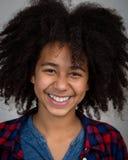 Muchacha de la raza mixta con la risa del estilo de pelo del Afro Imagen de archivo