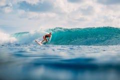 Muchacha de la resaca en la tabla hawaiana Mujer en el océano durante practicar surf Persona que practica surf y océano Fotos de archivo libres de regalías