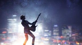 Muchacha de la roca con la guitarra Técnicas mixtas Foto de archivo