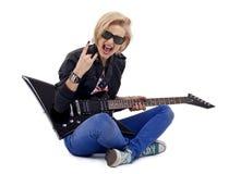 Muchacha de la roca que toca una guitarra eléctrica Imagen de archivo