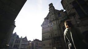 Muchacha de la silueta entre los edificios almacen de metraje de vídeo