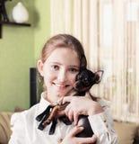 Muchacha de la sonrisa con el terrier de juguete Imagenes de archivo