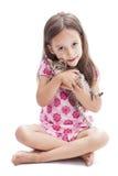 Muchacha de la sonrisa con un gatito Fotos de archivo