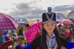 Muchacha de la sonrisa de Hmong con la preparación de la tradición Imagen de archivo