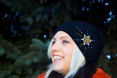Muchacha de la sonrisa que se coloca delante de piel-árboles fotografía de archivo