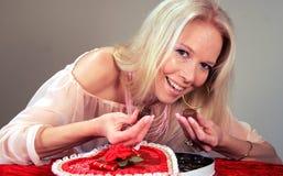 Muchacha de la tarjeta del día de San Valentín del chocolate Foto de archivo libre de regalías
