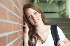 Muchacha de la universidad/del estudiante universitario que parece feliz Imagen de archivo