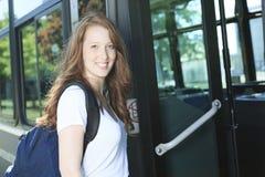 Muchacha de la universidad/del estudiante universitario que parece feliz Imagenes de archivo