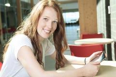 Muchacha de la universidad/del estudiante universitario que parece feliz Fotos de archivo
