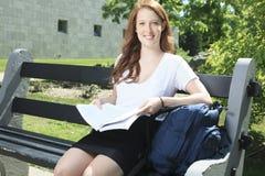 Muchacha de la universidad/del estudiante universitario que parece feliz Fotos de archivo libres de regalías
