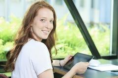 Muchacha de la universidad/del estudiante universitario que parece feliz Fotografía de archivo libre de regalías