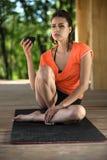Muchacha de la yoga con la taza imagen de archivo libre de regalías