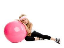 Muchacha de la yoga de la gimnasia de los niños con la bola rosada de los pilates Imagen de archivo libre de regalías