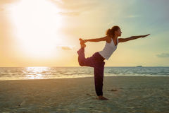 Muchacha de la yoga en práctica foto de archivo libre de regalías