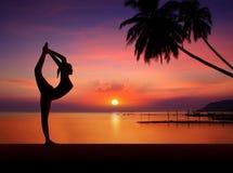 Muchacha de la yoga en puesta del sol Ilustración del Vector