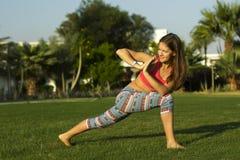 Muchacha de la yoga que hace ejercicio Imagen de archivo libre de regalías