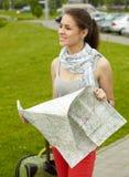Muchacha de las hojas de ruta (traveler) Fotos de archivo libres de regalías