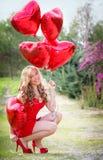 Muchacha de las tarjetas del día de San Valentín con los globos del corazón Fotografía de archivo libre de regalías