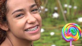 Muchacha de Latina con la piruleta almacen de metraje de vídeo