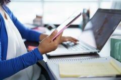 Muchacha de Latina que estudia en casa con el ordenador portátil Fotos de archivo libres de regalías