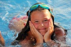 Muchacha de Lillte en la piscina Fotografía de archivo libre de regalías