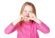 Muchacha de Llittle que muestra símbolo del corazón Foto de archivo