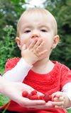 Muchacha de los años que come las frambuesas Imagen de archivo