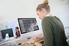 Muchacha de los estudiantes en el funcionamiento del diseño gráfico Imágenes de archivo libres de regalías