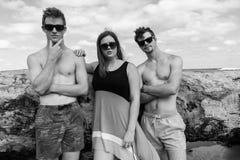 Muchacha de los muchachos que plantea blanco fresco del negro de la playa Foto de archivo libre de regalías
