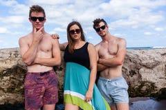Muchacha de los muchachos que presenta la playa fresca Fotografía de archivo