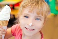 Muchacha de los niños feliz con helado del cono Foto de archivo libre de regalías