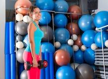Muchacha de los ojos azules en las pesas de gimnasia del levantamiento de pesas del gimnasio Fotografía de archivo