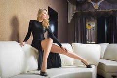 Muchacha de lujo en vestido de noche en ajustes hermosos imagen de archivo libre de regalías