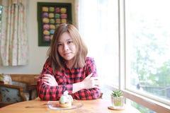 Muchacha de Macaron en café Foto de archivo