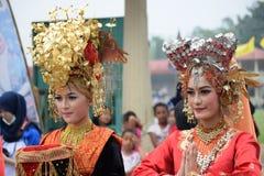 Muchacha de Minangkabau en traje de la danza Fotos de archivo