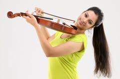 Muchacha de moda con el violín Foto de archivo libre de regalías