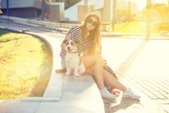 Muchacha de moda de la moda del inconformista con el perro en la ciudad Imágenes de archivo libres de regalías
