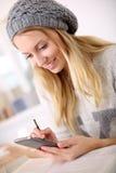 Muchacha de moda del estudiante en clase usando smartphone Fotos de archivo libres de regalías