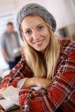 Muchacha de moda del estudiante en sala de clase Imagen de archivo libre de regalías