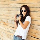 Muchacha de moda del inconformista con la cámara Fotos de archivo libres de regalías
