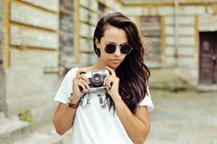 Muchacha de moda del inconformista con la cámara Fotos de archivo